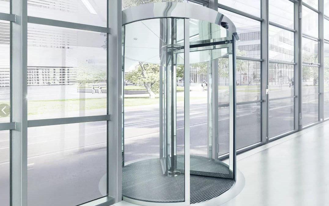 Особенности и преимущества карусельных дверей